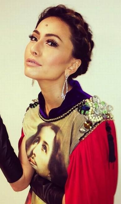 A apresentadora Sabrina Sato preferiu a trança-coroa, que apareceu no desfile de verão 2014 da Blue Man, no Fashion Rio Divulgação/ Rodrigo Costa