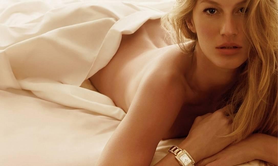 Na cama, usando apenas um relógio, para a campanha de inverno 2008 da Ebel Divulgação