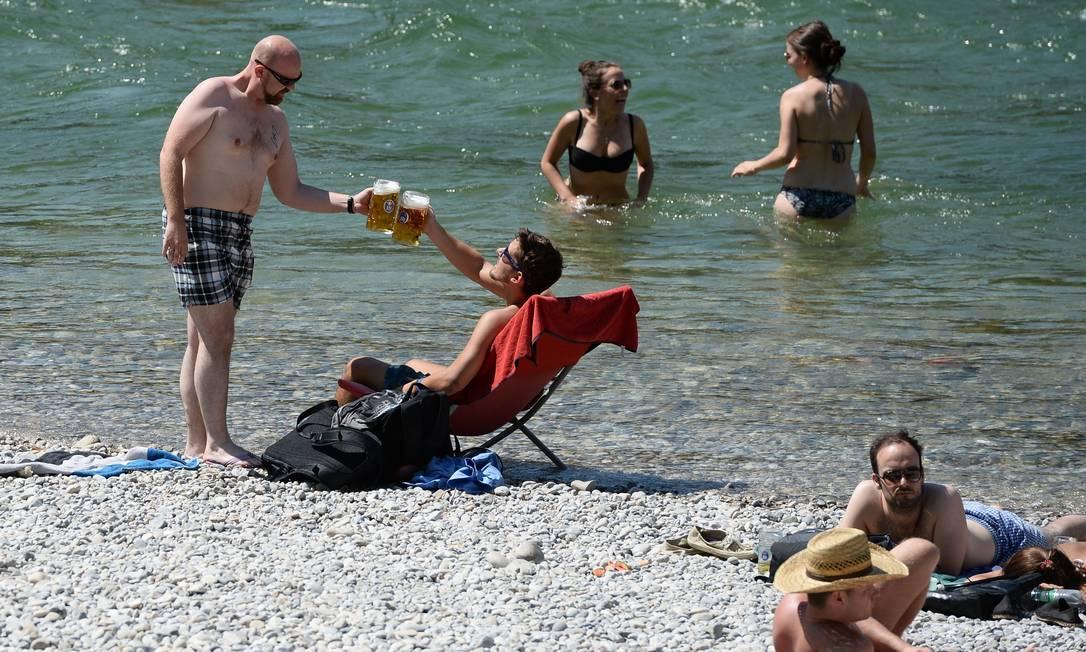 Brinde com a clássica cerveja alemã também tem o Rio Isar como paisagem ANDREAS GEBERT / AFP