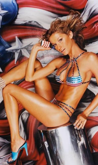 """De biquíni com a bandeira americana para a versão britânica da revista """"Arena"""". O clique foi publicado em dezembro 2000 Reprodução/ Arena"""