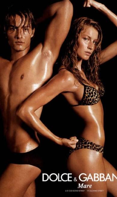 Amiga de Domenico Dolce e Stefano Gabbana, Gisele estrelou uma série de anúncios da Dolce & Gabbana. Destaque para os trajes mínimos, corpo suado e bela companhia num dos cliques da linha de lingerie primavera/verão 2001 Reprodução / Steven Meisel