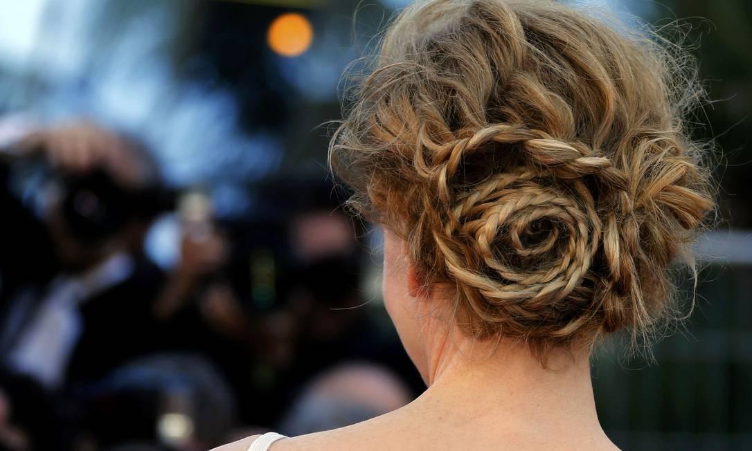 Em Cannes, Nicole Kidman cruzou o red carpet com coque trançado ERIC GAILLARD / REUTERS
