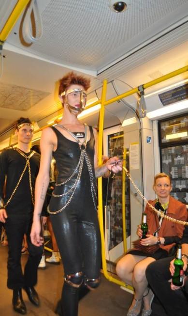 Quem passou pelo metrô de Berlim na tarde desta quinta-feira se surpreendeu com um desfile de modelos com roupas de couro, no estilo sadomasoquista Reportagem: Fernanda Baldioti / Fernanda Baldioti/ O Globo