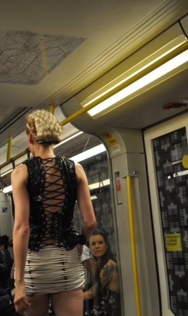 Mas de costas, a modelo revela toda a sua sensualidade... Fernanda Baldioti/ O Globo