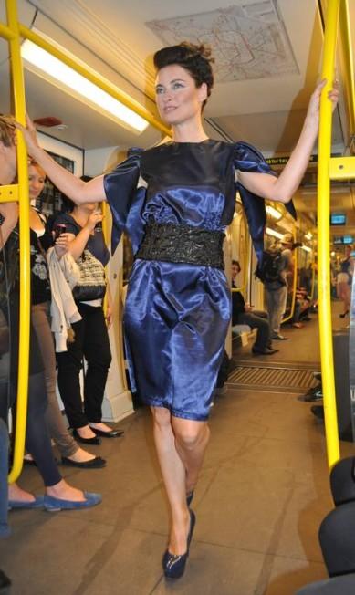 Difícil para as modelos era se equilibrar em saltos altíssimos, bem fetichistas, com o metrô em movimento Fernanda Baldioti/ O Globo
