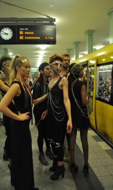 Modelos esperam o metrô parar para entrar em um dos vagões Fernanda Baldioti/ O Globo