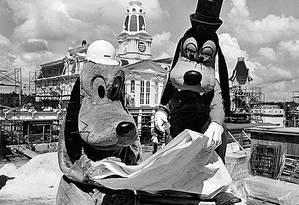 Orlando. Pluto e Pateta observam a planta do parque da Disney na véspera da inauguração em 1971 Foto: Terceiro / Arquivo/30-9-1971