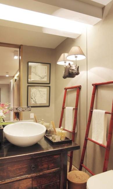 No lavabo, pia sobre móvel antigo e escada como porta-toalha Divulgação
