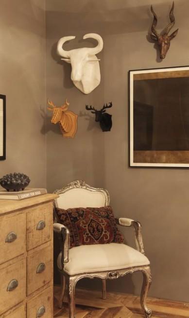 Cabeças de animais em um dos cantos do quarto de dormir Divulgação
