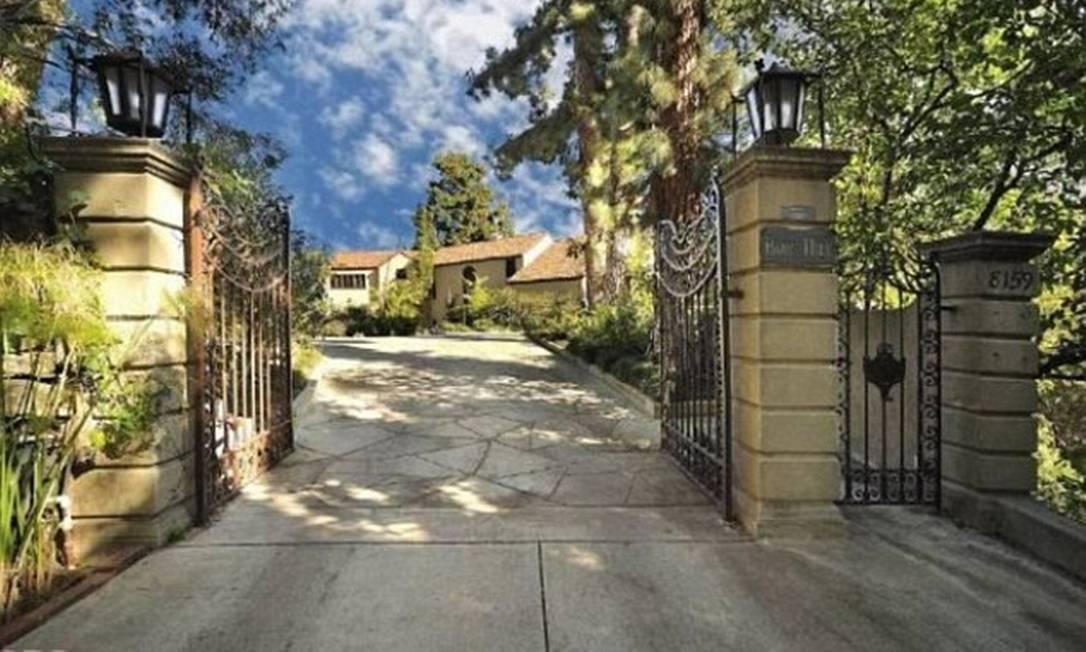 A entrada da mansão de Katy Perry: grandes portões e calçadas largas Divulgação MLS