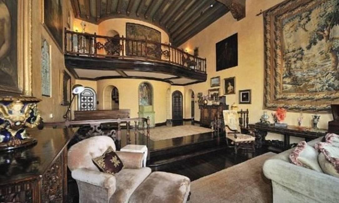 A casa tem um sacada de carvalho acima de uma das salas de estar Divulgação MLS