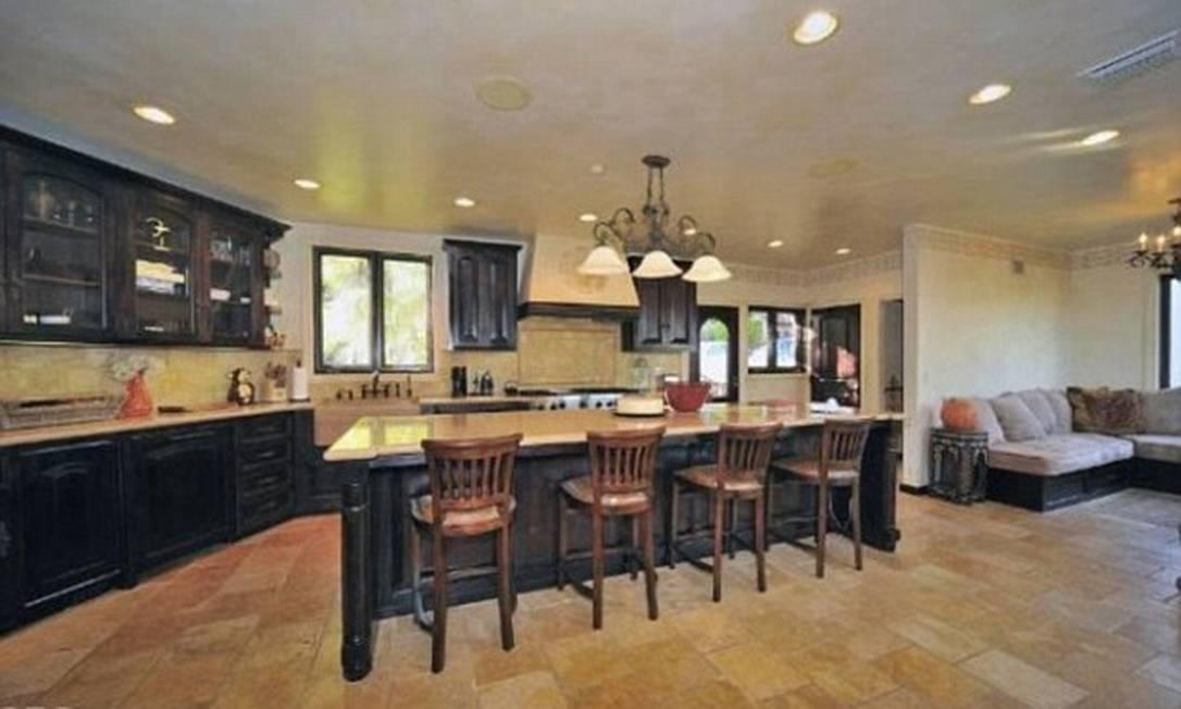 A cozinha americana é bem ampla e permite receber vários convidados Divulgação MLS