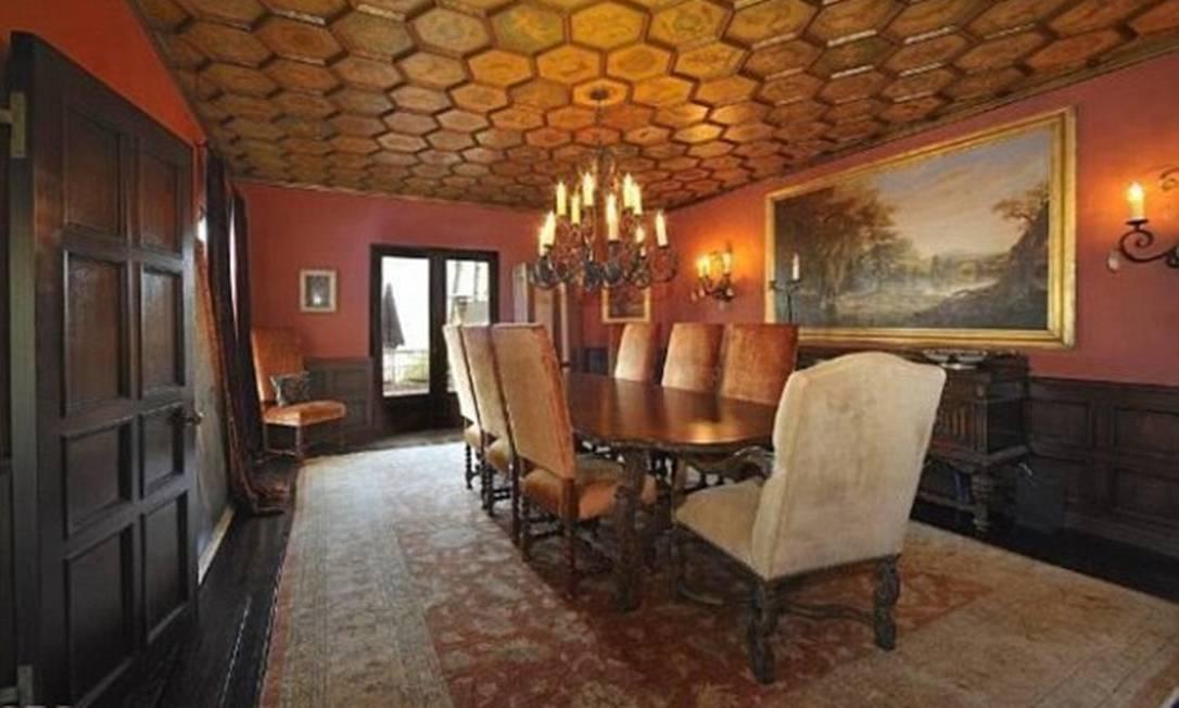 Para os jantares com celebridades, o casal poderia usar esta sala com uma grande mesa de madeira retangular Divulgação MLS