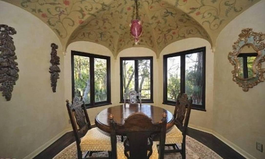 Características incomuns: uma das salas tem um teto singular estilo guarda-chuva e três janelas duplas Divulgação MLS