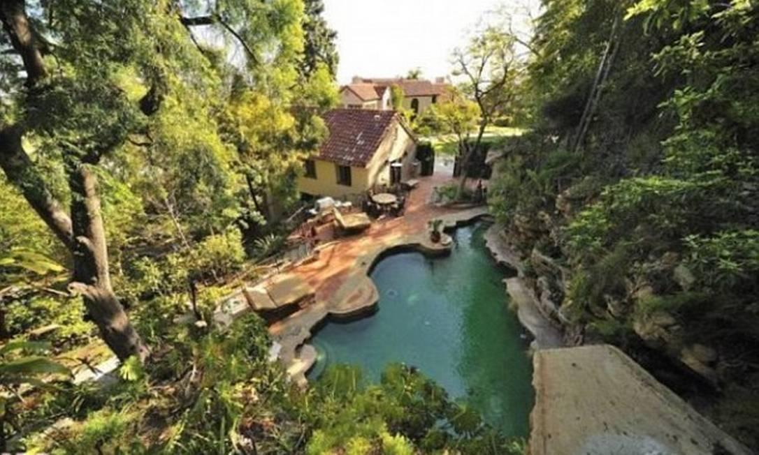 A piscina vista do alto, e o jardim exuberante da mansão Divulgação MLS