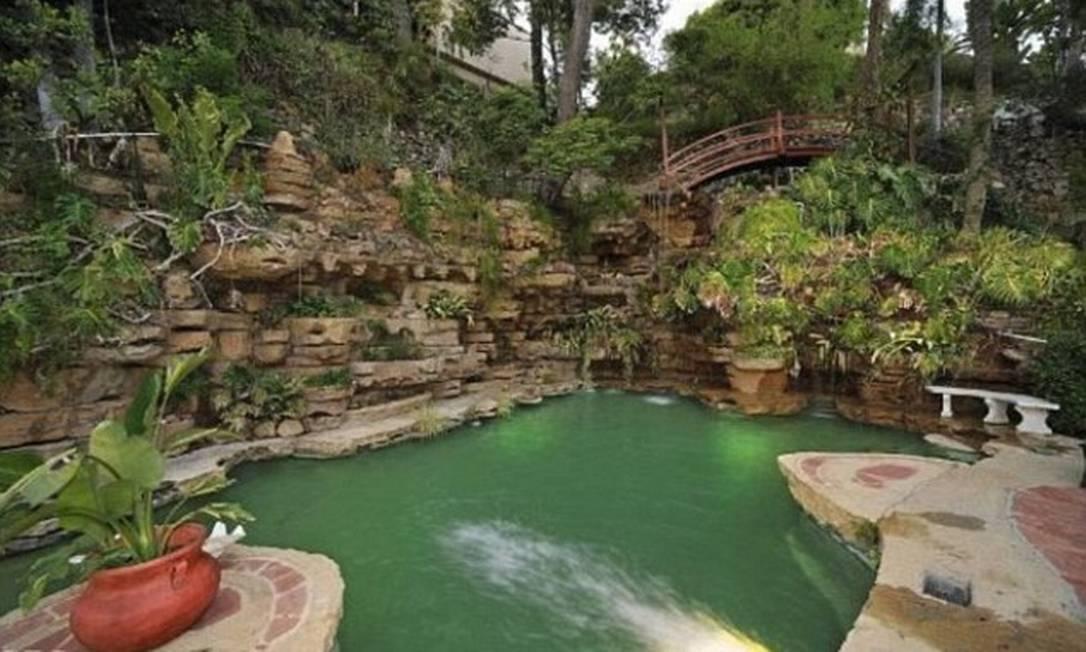 Piscina em formato de lagoa tem até ponte Divulgação MLS