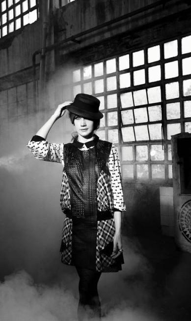 Vestido Espaço Fashion (R$ 1.589), blusa Kate Spade (R$ 888), meia-calça Lupo (R$ 27,90), brincos Léa e Esther Nigri (R$ 12.000), chapéu do acervo da produção Terceiro / Zizza Limberti