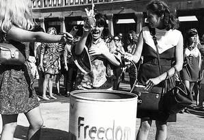 O Women's Liberation Movement protestou contra a exploração comercial do corpo feminino durante o Miss America, em 1968. Sapatos de salto e batom foram para o lixo Foto: Terceiro / Divulgação