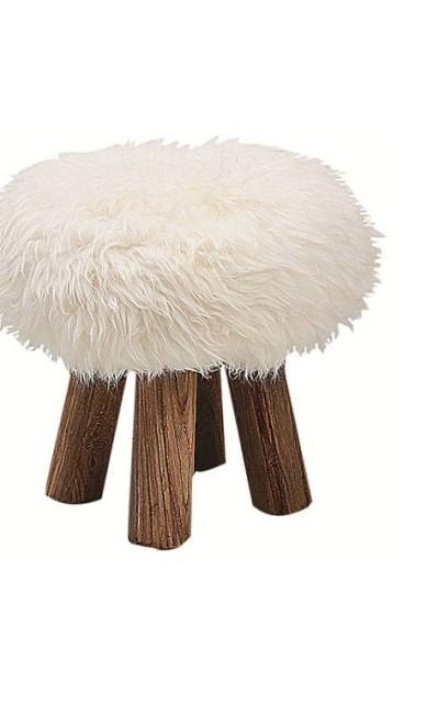 Banquinho pele de ovelha, da Finish (R$ 2.273) Terceiro / Divulgação