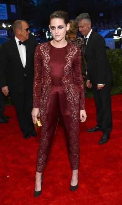 """Eles são ricos, famosos, poderosos e... medrosos! Podem parecer fortes e bem resolvidos, mas, como todo ser humano, existem coisas que os fazem arregalar os olhos e sair correndo de medo. O site americano """"E! Online"""" reuniu o que deixa as celebridades de cabelos em pé e revelou que Kristen Stewart, por exemplo, tem pavor de cavalos. O trauma vem da infância, como a própria atriz já explicou: """"Eu já quebrei meu cotovelo, quando tinha 9 anos"""" Larry Busacca / AFP"""