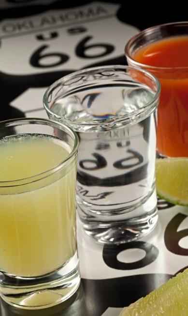 Com inspiração latina, o Banderita (R$ 17), no Rota 66, traz as cores da bandeira do México, sendo composto por três shots: suco de tomate, tequila e suco de limão. Enedreço: Avenida Atlântica 3.092, Copacabana. Tel.: 2256-2855 Terceiro / Divulgação / Rodrigo Azevedo
