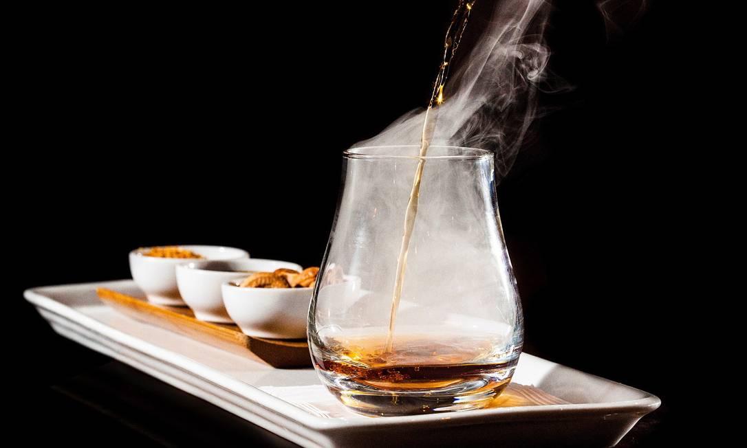 Com a proximidade do inverno, a cervejinha gelada deve perder alguns adeptos. A temperatura tem diminuído e, com isso, surgem bebidas que são servidas sem gelo, e algumas até aquecidas com maçarico. Os ingredientes podem ser tradicionais ou inusitados, e a inspiração vem de diferentes regiões do mundo. No combo Ritual 23 (R$ 38), do Mr. Lam, o Ron Zacapa 23, com ares de China, vem acompanhado de castanhas mergulhadas em melaço de cana, farinha de castanha salgada levemente picante e canela / Endereço: Rua Maria Angélica 21, Jardim Botânico. Tel.: 2286-6661 Reportagem: Rafaella Javoski / Foto: Divulgação/ Pedro Cury