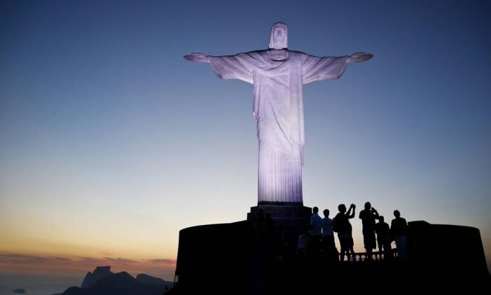 A visita ao Cristo Redentor atrai públicos de todas as idades Foto: Guito Moreto / Agência O Globo
