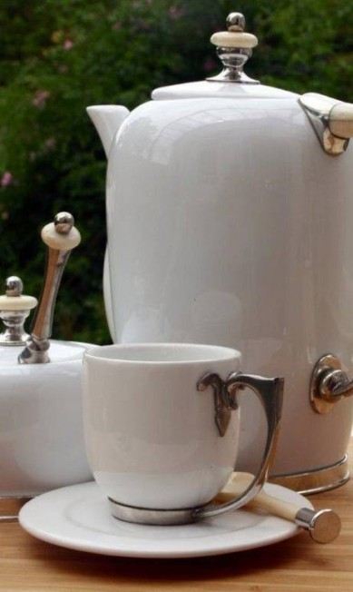 Conjunto de porcelana com osso e estanho da Rafaella Medina Casa (http://www.rafaellamedina.com.br). Açucareiro com colher (R$ 545,60), xícara de café com pires (R$ 164,30) e bule 500ml (R$ 403) Divulgação