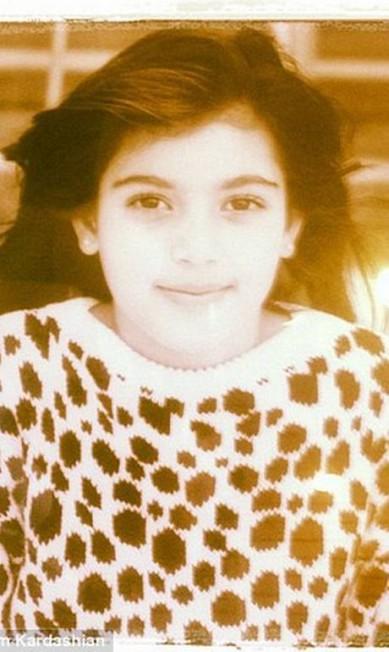 """""""Veja a foto que estava na parede da lojas dos meus avós. Eu tinha 7 anos"""", escreveu Kim Instagram"""