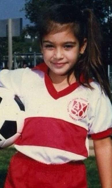 Nos anos 1980, Kim posa com sua bola de futebol Twitter