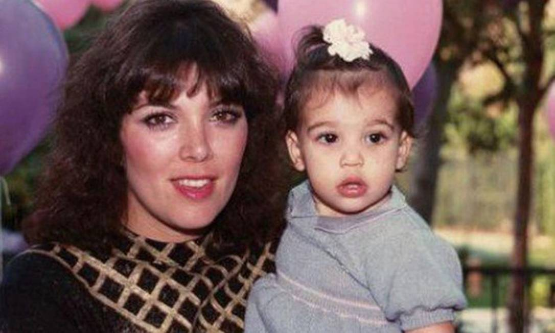 O nascimento da filha de Kim Kardashian e Kanye West, no último sábado, aumentou ainda mais a curiosidade dos fãs sobre o casal. Enquanto o rosto e o nome da criança ainda são um mistério, reunimos imagens da mãe do bebê quando criança. Na foto postada no Instagram de Kim, ela aparece com a mãe Instagram