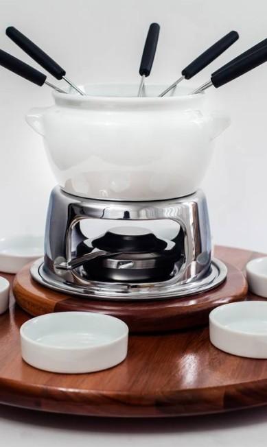 Aparelho de fondue de cerâmica dez peças, R$ 147 + Tábua giratória com peças de porcelana, R$ 130. Ambos da J Rodrigues (21 2106-4300) Divulgação