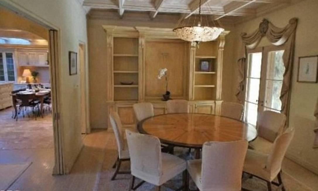A casa tem estilo espanhol e mede 584.27m² Divulgação