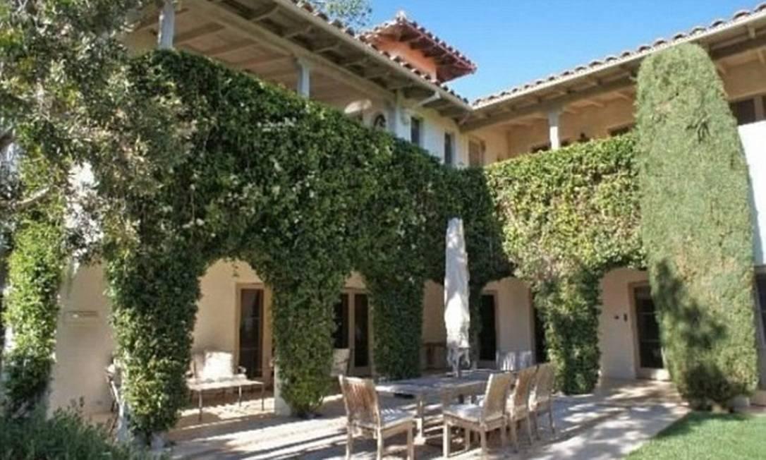 A casa tem pátios cercados por vegetação e jardins Divulgação