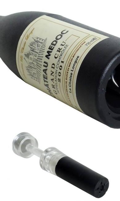 Kit para vinho com saca-rolhas em formato de garrafa da Rosa Kochen (21 3411-0551), R$ 60 Divulgação
