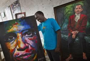 O artista Evans Yegon fez duas telas para Obama nas últimas semanas Foto: Ben Curtis / AP