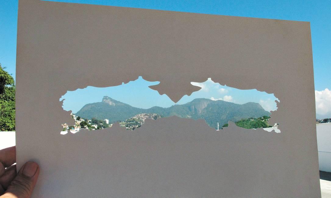 Rio em dose dupla, visto do ateliê de Carlos Vergara, em Santa Teresa: favela, asfalto, beleza e céu azul Foto: Terceiro / Carlos Vergara