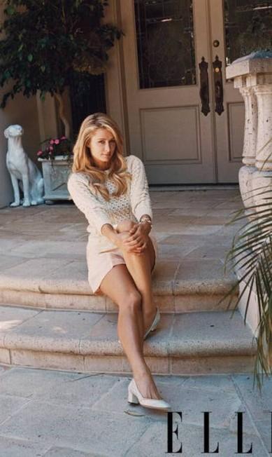 Paris Hilton é clicada na entrada de sua casa em Beverly Hills, na Califórnia Divulgação Elle americana
