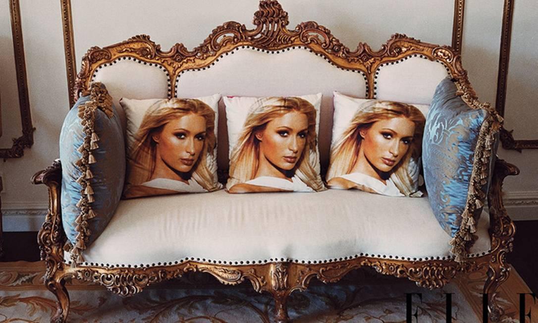 As almofadas com o rosto da socialite chamaram atenção da cineasta Sofia Coppola. O estilo pop contrasta com o rococó do sofá e do tapete Divulgação