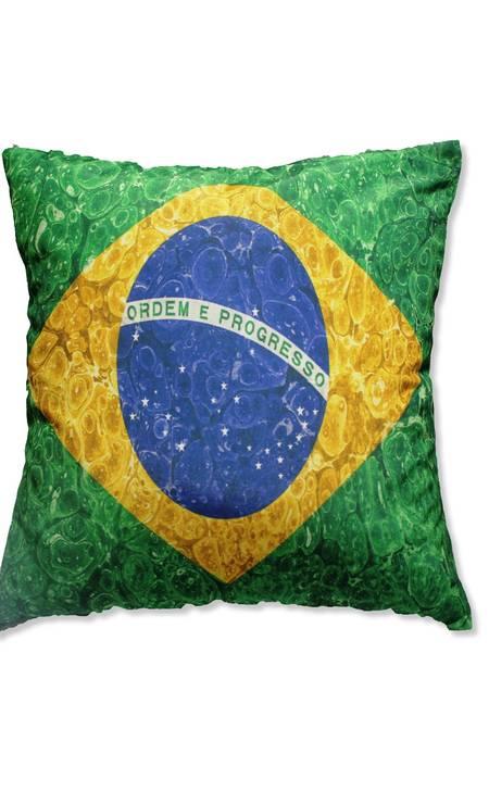 Almofada Bandeira Brasil da Mobly (http://www.mobly.com.br/), R$ 48 Foto: Divulgação