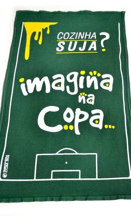 """Pano de prato """"Imagina na Copa"""" da Qvizuland (Shopping Rio Sul, 4º piso, loja D70), R$ 39 Foto: Divulgação"""