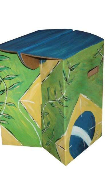 Banco pintado à mão ArtECOletiva (Tel: 21 2513-4181), R$ 650 Terceiro / Divulgação