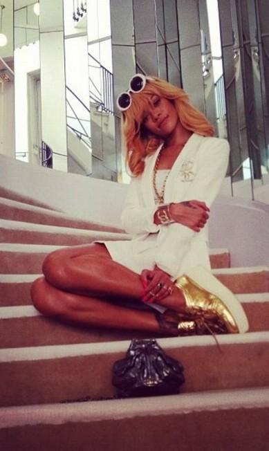De passagem por Paris, a cantora Rihanna aproveitou para conhecer o apartamento da estilista Coco Chanel, na Rue Cambon. No espaço, a estrela fez questão de posar na emblemática escada espelhada Reprodução Instagram