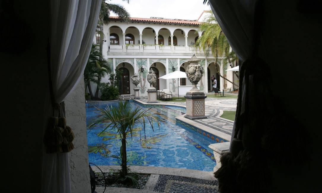 A piscina tem detalhes em ouro, mosaicos e esculturas Lynne Sladky / AP