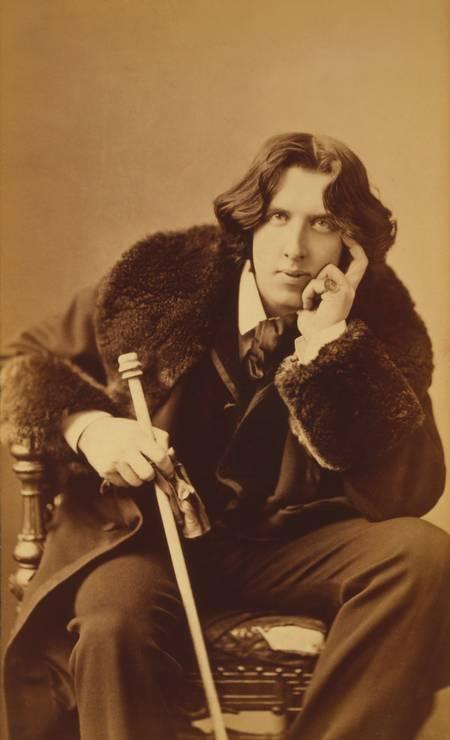 O escritor irlandês Oscar Wilde foi um dos maiores provocadores da segunda metade do século XIX. Seu jeito extravagante de se vestir e o seu interesse pelo esteticismo fez com que ele se tornasse uma das figuras mais conhecidas de seu tempo Foto: Napoleon Sarony/Library of Congress / Divulgação