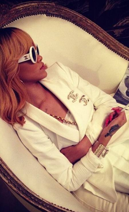 Divertida, Rihanna reproduziu poses clássicas da designer Foto: Reprodução Instagram
