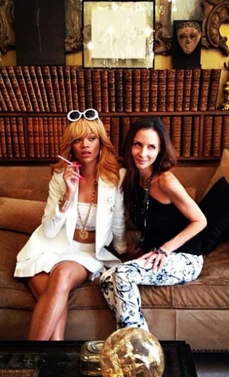 Rihanna ao lado de Laetitia Crahay, a designer de acessórios da Chanel Foto: Reprodução Instagram