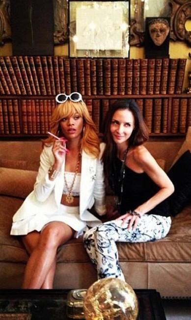 Rihanna ao lado de Laetitia Crahay, a designer de acessórios da Chanel Reprodução Instagram