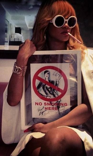 """Rebelde, a cantora debochou do aviso de """"proibido fumar"""" Reprodução Instagram"""