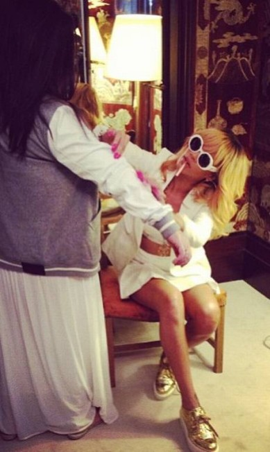 """Em outro momento, a cantora foi fotografada """"checando"""" as costuras de uma peça de roupa Reprodução Instagram"""